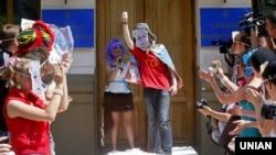 Активісти під час акції в рамках кампанії «Бойкот російського кіно» біля будівлі Міністерства культури України. Учасники акції пародіювали і висміювали російських артистів і телезірок, які підтримали окупацію Криму або відзначилися іншими антиукраїнськими заявами. Київ, 8 липня 2015 року