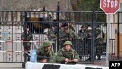 Російські військові чергують біля військової частини у Керчі, 4 березня 2014 року
