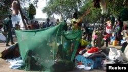 Sudani Jugor - Persona të zhvendosur janë strehuar brenda një tende të improvizuar për t'i mbrojtur nga mushkonjat, në kampin e refugjatëve në qytetin Bor, 07 janar, 2014