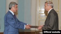 Armenia - Vyacheslav Kovalenko, the newly appointed Ambassador of Russia to Armenia, hands his credentials to President Serzh Sarkisian (L) 4Sep2009.