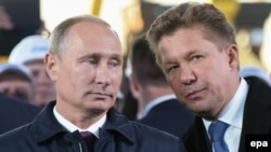 Россия президенти Владимир Путин (чапда) ва Газпром ширкати раҳбари Алексей Миллер.