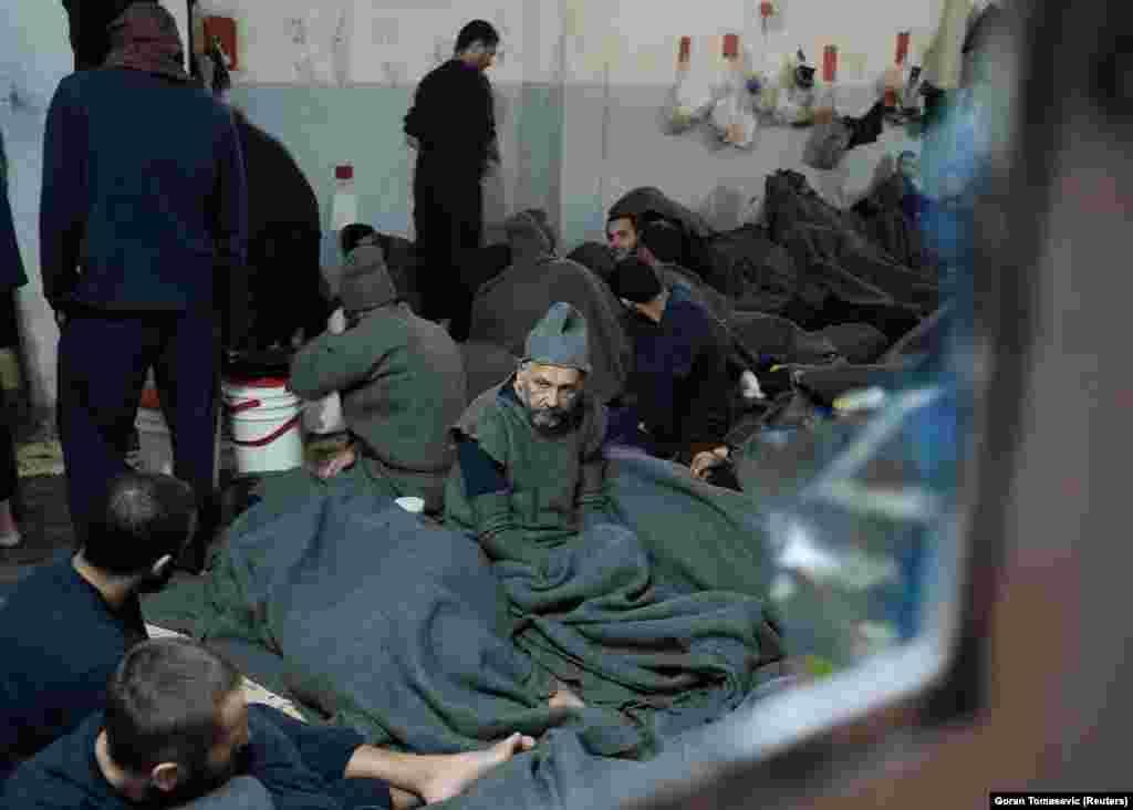 Подозреваемые в тюремной камере в Эль-Хасаке.