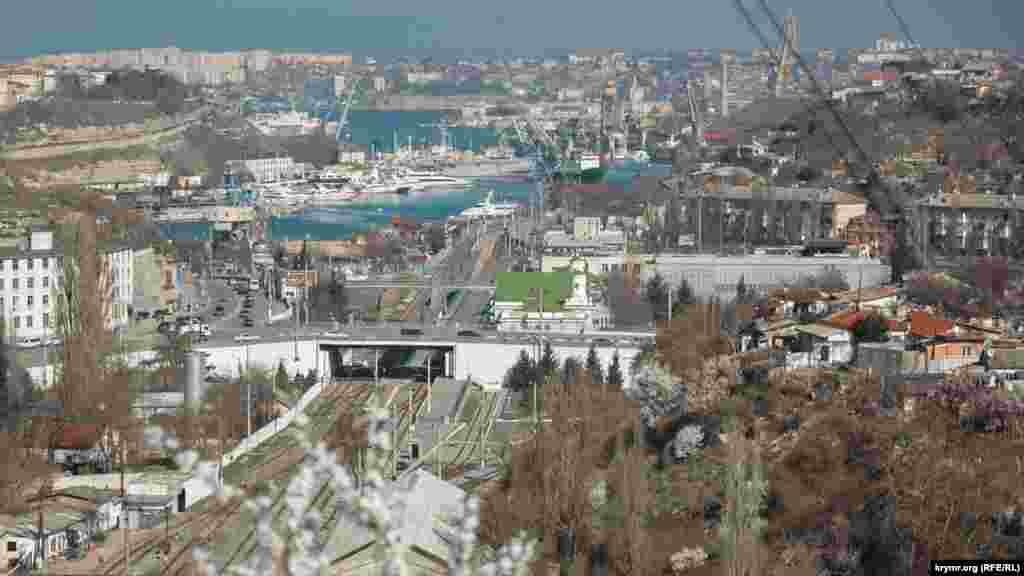 Краєвид на Південну бухту Севастополя з сусідньої гори