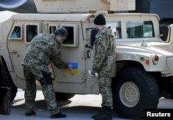 Петро Порошенко оглядає американські Humvee, передані Україні