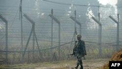 Військовослужбовець Прикордонних сил безпеки Індії патрулює на лінії фактичного кордону з Пакистаном у Кашмірі, 10 січня 2013 року