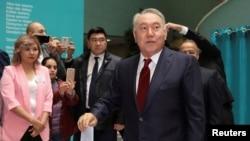 Бывший президент Казахстана Нурсултан Назарбаев во время голосования на избирательном участке на досрочных выборах 9 июня, на которых, по официальным данным, победу одержит его ставленник Касым-Жомарт Токаев. Нур-Султан, 9 июня 2019 года.