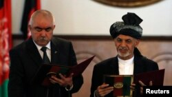 Președintele Ashraf Ghani, în dreapta împreună cu fostul vice-președinte al Afganistanului, Abdul Rashid Dostum, în stânga.