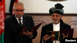 Сбежавший президент Афганистана Ашраф Гани (справа) и вице-президент Абдул Рашид Дустум (фото из архива)
