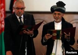 Owgan prezidenti Aşraf Gani (sagda) we wise-prezident Abdul Raşid Dostum kasam kabul edýär. Kabul, 29-njy sentýabr, 2014.