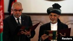 Ауғанстан вице-президенті Абдул рашид Достум (сол жақта) мен Ауғанстан президенті Ашраф Ғани. Кабул, 29 қыркүйек 2014 жыл.