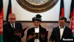 Ооганстандын президенти Ашраф Гани (ортодо) биринчи вице-президент Aбдул Рашид Достум (солдо) жана экинчи вице-президент Сарвар Даниш менен ант берүү маалында, Kабул, 29-сентябрь, 2014-жыл