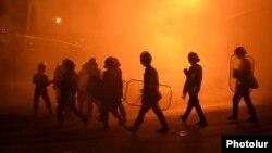 АМАП разганяе дэманстрантаў у ваколіцах Ерэвана, 29 ліпеня 2016 году