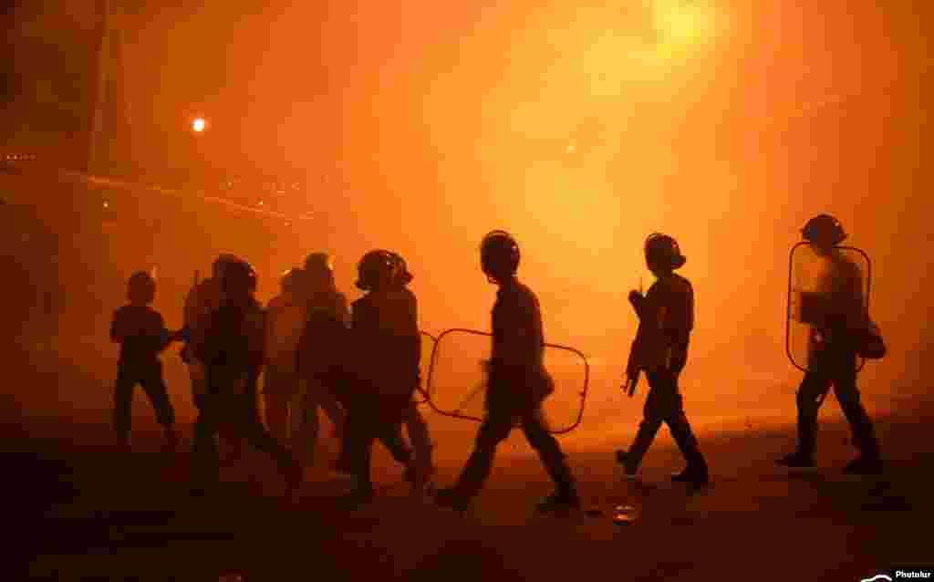 """Сотни сторонников группировки """"Сасна црер"""" попытались прорваться к зданию полиции в Ереване еще 29 июля, но были остановлены отрядом спецподразделения"""