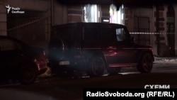 Автомобіль супроводу Медведчука чекає біля виїзду з Адміністрації президента