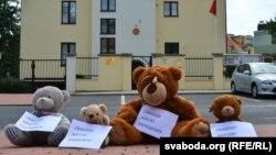 Плюшавы пікет перад беларускай амбасадай у Празе, 4.08.2012