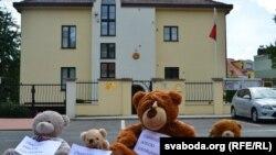 Эътирози хирсакҳо дар назди бинои сафорати Беларус дар Прага