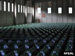 Posmrtni ostaci žrtava genocida u Srebrenici spremljeni za ukop, juli 2010.