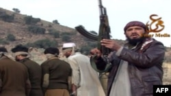 Член пакистанской ячейки Талибана с заложниками. Иллюстративное фото. 23 января 2012 года.