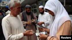 په هرات ولایت کې د صرافۍ د مارکېټ یو انځور