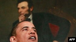 Президент США Барак Обама (на заднем плане портрет другого президента США Авраама Линкольна)