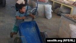 Этому мальчику из Намангана совсем недавно исполнилось 8 лет.