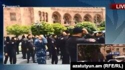 Омоновцы снимают маски, площадь Республики, Ереван, 22 апреля 2018 г.
