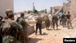 Сирия -- Өкмөттүк күчтөр Алепподогу Дахра Абд Раббо жана Кастелло айылдарынын ортосундагы жолдо. 27-май, 2013.