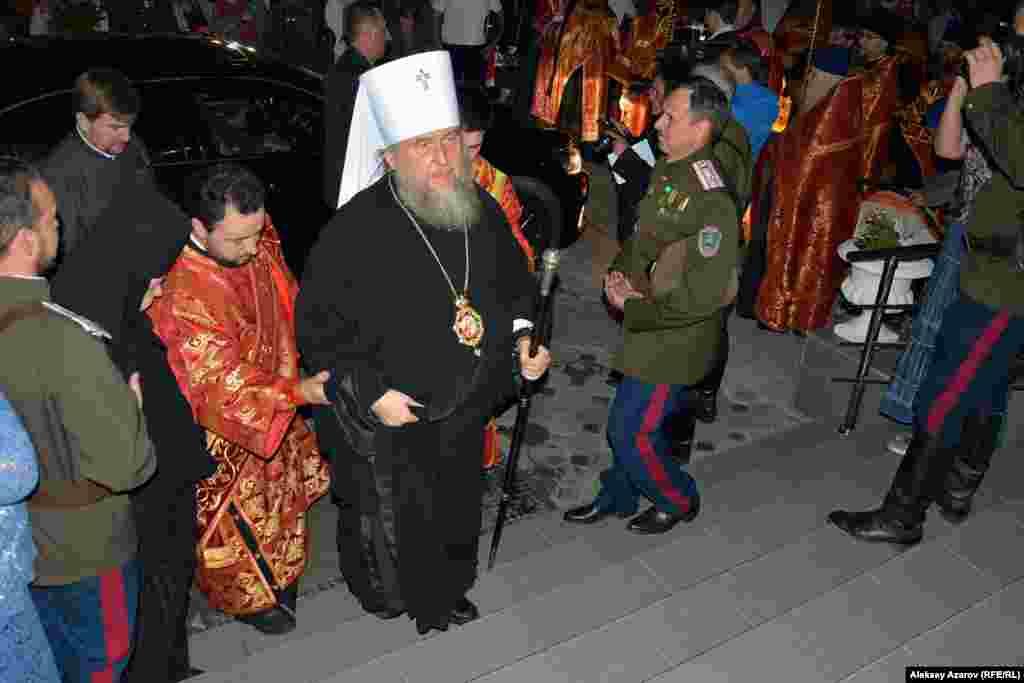 В машине, доставившей икону, приехал и митрополит Александр – глава Казахстанского митрополичьего округа, епископ Астанайский и Казахстанский.