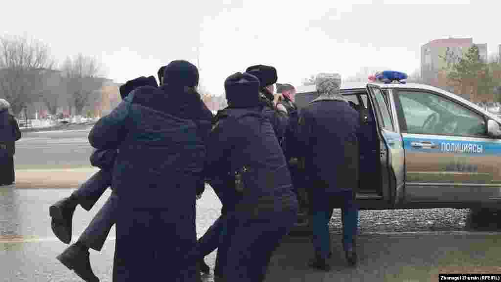 Ақтөбеде полиция наразылардың бірін күштеп ұстап жатыр.