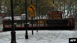 Iаьмеркан Цхьанатоьхна Штаташ - Нью-Йорке хьаьддачу хино лаьцна Brooklyn Battery майда, Нью-Йорк, 30ГIа2012