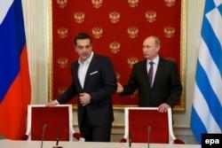Президент Росії Володимир Путін (праворуч) та прем'єр Греції Алексіс Ципрас під час зустрічі у Москві. Квітень 2015 року