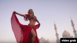 "кадр из клипа на песню ""Жаным"""