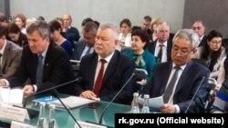 Айдер Аблятипов (в центре)