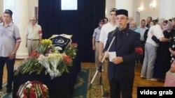 Җеназаны мәрхүмәнең абыйсы, элекке мәдәният министры Илдус Тарханов алып барды
