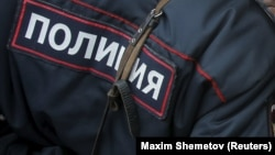 Надпись «Полиция» на форме российского полицейского.