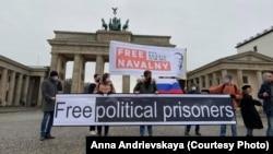 Акция за освобождение Навального у Бранденбургских ворот в Берлине.