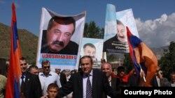 Ermənistan müxalifətinin lideri Levon Ter-Petroasyan ölkənin Kotyak bölgəsində tərəfdarları arasında. 5 avqust 2009
