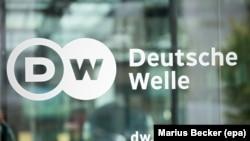 Входные двери штаб-квартиры Deutsche Welle в Бонне. Иллюстративное фото.