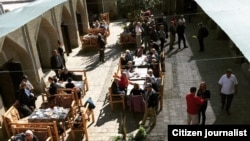 Ресторан «Бадриддин» находится в центре ансамбля «Лаби-хауз» в исторической части Бухары.