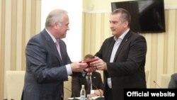 Не далее как в конце мая 2014 года Сергей Донич (слева) получил награду из рук Сергея Аксенова