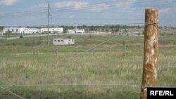 На границе Казахстана и России. Сквозь колючую проволоку - окраина российского города Троицка.
