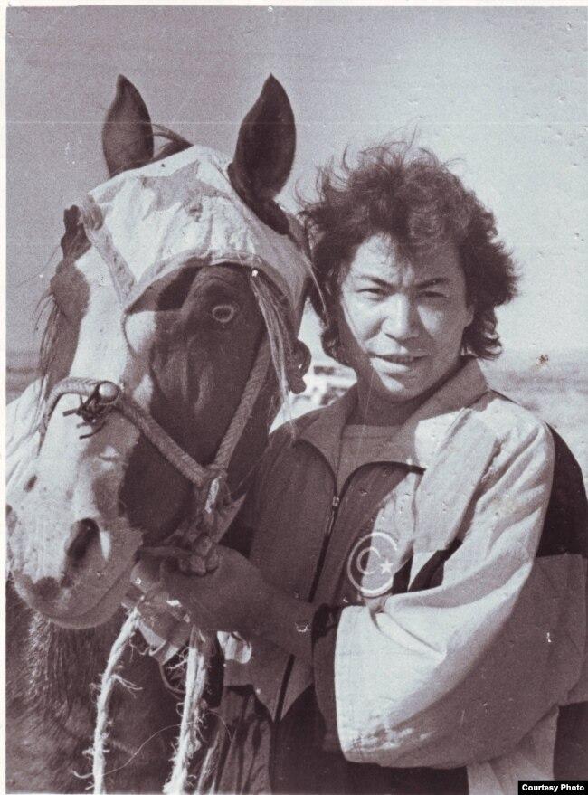 Мұстафа Өзтүрік ат жетектеп тұр. Тараз қаласы, 1991 жыл.