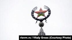 Раскрашенная звезда на шпиле дома №48 по улице 25 Октября в центре Воронежа