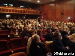 Publika na teatarskom festivalu u Brčkom