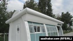 Остановка нового образца в Ашгабате. Туркменистан, 29 мая 2012 года.
