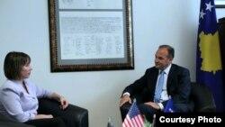 Pamje nga një takim i mëparshëm i ministrit Hoxhaj eme ambasadoren amerikan Jacobson në Prishtinë