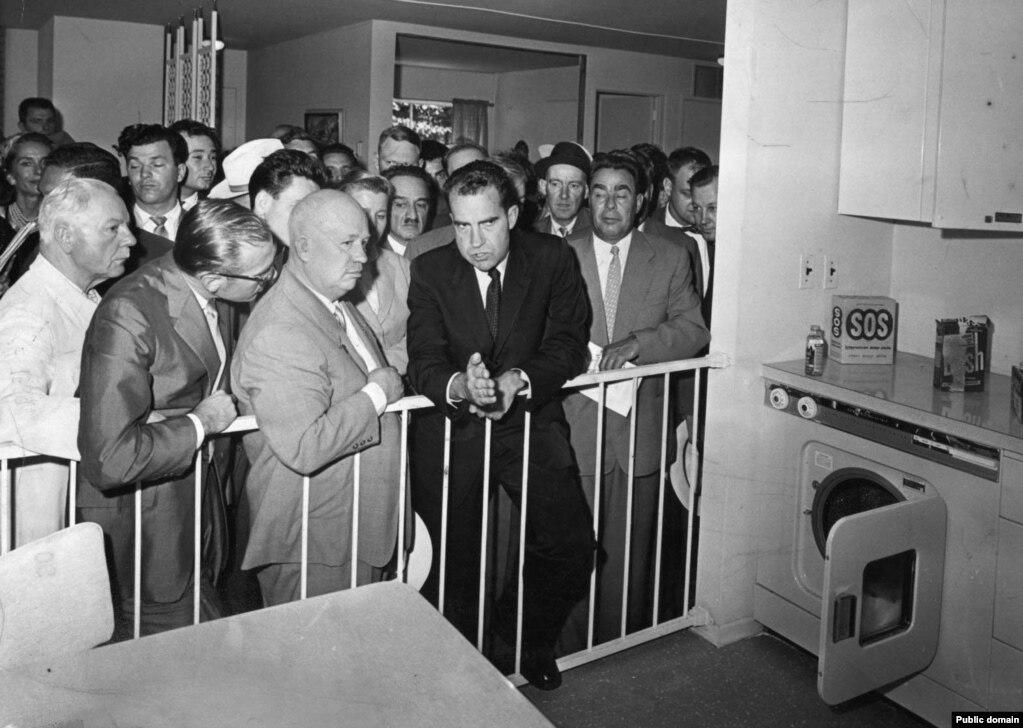 Никите Хрущеву (третьему слева), пришедшему к власти после смерти Сталина в 1953 году, показывают на проходившей в 1959 году выставке макет американской кухни. Жилищный вопрос в это время в СССР обретает критический характер: жители ютятся в коммунальных квартирах, городское население продолжает стремительно расти. На этом фото справа от Хрущева – вице-президент США Ричард Никсон, рядом с ним – Леонид Брежнев.