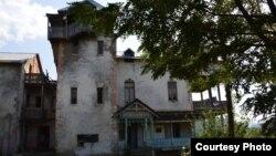 Здание, находящееся на краю села Гарикула, кажется, спряталось от посторонних глаз. Но, разглядев, забыть его невозможно