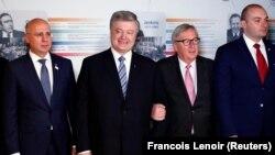 Premierul moldovean Pavel Filip, președintele ucrainean în exercițiu Petro Poroşenko, președintele Comisiei Europene, Jean-Claude Juncker şi premierul georgian Mamuka Bakhtadze pozează la summit-ul Parteneriatului Estic de la Bruxelles