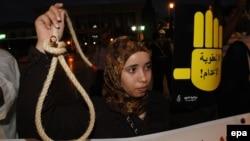 Marok - Një aktiviste e Amnesty International gjatë një proteste kundër dënimit me vdekje në Marok, 10 tetor 2013